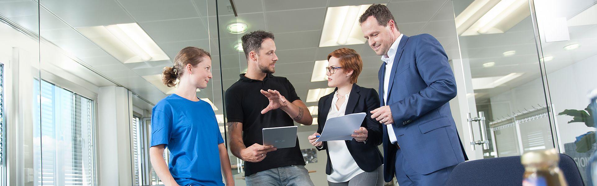 Vier Mitarbeiter im Gespräch
